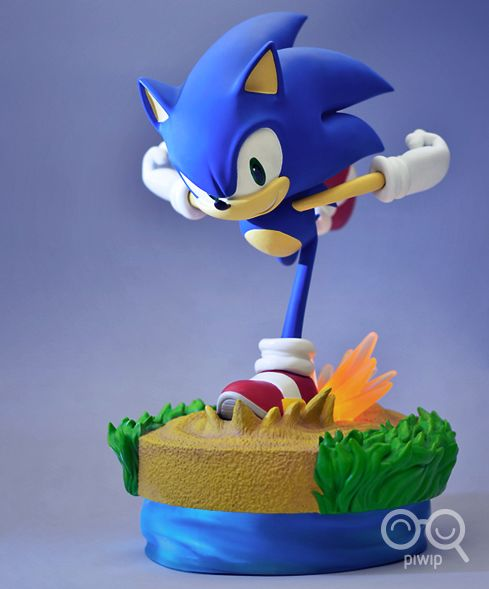 Sonic the Hedgehog (italianizzato, Sonic il riccio) è la mascotte ufficiale di Sega, nato per fare concorrenza al già allora affermato Super Mario della Nintendo. In questa bellissima action figure, è in preda alla sua corsa, agile e scattante come sempre. I colori sono fedeli ai videogiochi, e le rifiniture sono trattate nel minimo dettaglio.