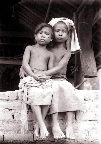 Portret van twee Balinese of Minangkabau kinderen. Between 1910 and 1920. Indonesië, Nederlands-Indië