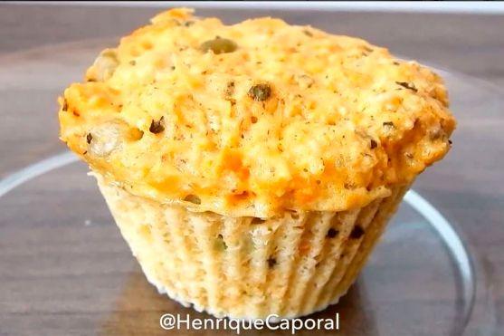 Muffins de frango   - 2 ovos - 150g de frango desfiado - 3 colheres (sopa) de farelo de aveia - 1 colher (chá) de fermento - Legumes picadinhos e tempero a gosto - Misture todos os ingredientes até virar uma massa, coloque em forminhas (não precisa untar) e leve ao microondas por 4 minutos (depende da potência do seu micro) ou forno convencional por 15 a 20min.
