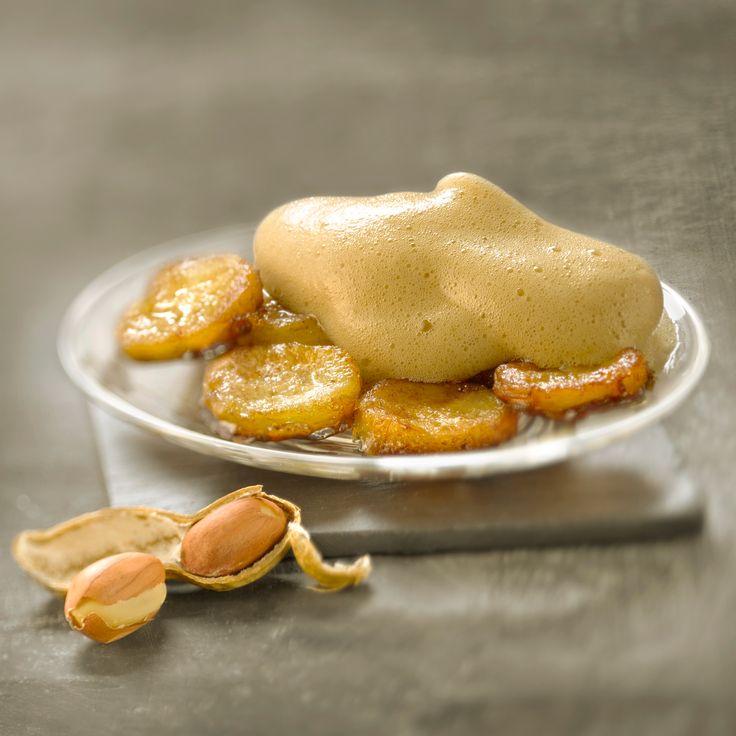 Découvrez la recette banane flambée au rhum à l'espuma de cacahuète  sur cuisineactuelle.fr.