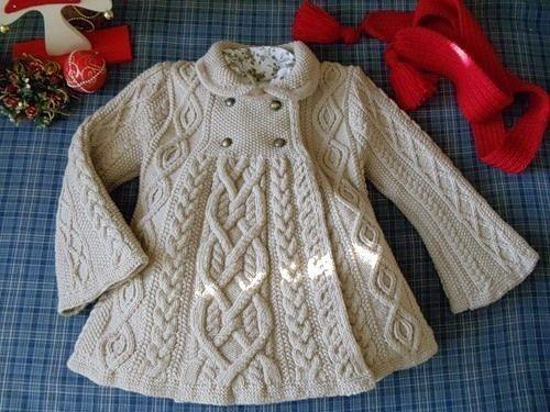 Вязанное детское пальто на спицах реглан
