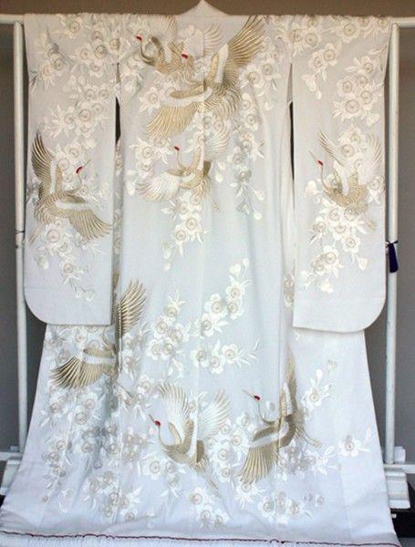 [白無垢] 4811 桂由美レンタル 鬼シボ縮緬地に白の枝垂桜と金の翔鶴をボリュームある刺繍で表現しました白無垢。