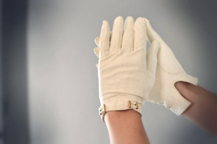 Vintage witte leren handschoenen om koude handen tegen te gaan op een winter bruiloft