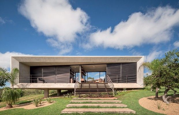 Compacta e funcional, a casa de 95 m² em condomínio nos arredores de Brasília, DF, exibe a plasticidade do concreto moldado na obra e painéis deslizantes que abrem bem as duas fachadas, favorecendo a iluminação natural e a ventilação cruzada. Projeto do escritório 3.4 Arquitetura