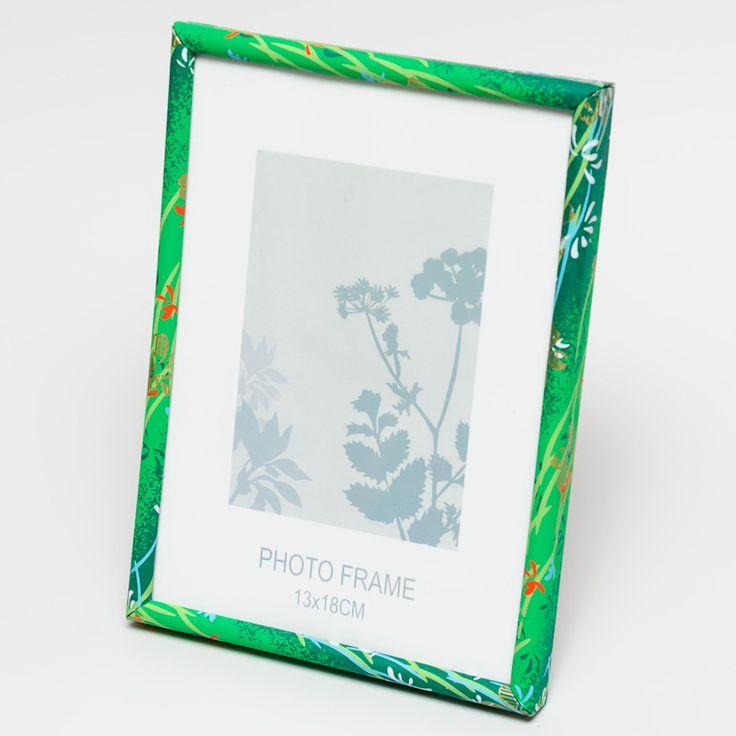 2. Rámeček na fotografie - CHIYOGAMI Základem rámečku je plastová konstrukce, která je potažena speciálním Japonským handmade papírem, který si dovážíme ze zahraničí. Rámeček je přelakován a je tedy možné ho v případě potřeby otřít navlhčeným hadříkem. Zadní strana je opatřena univerzálním stojanem, díky kterému lze rámeček postavit na delší ale i ...