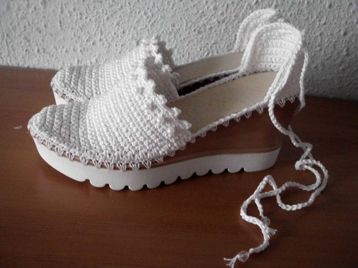 Knitted shoes with high platform