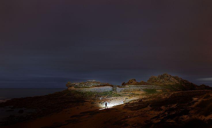 """""""Castro de Baroña""""  El asentamiento esta construido sobre una península rocosa, situándose su ocupación en los siglos I a. C. a I d. C. Poseía dos murallas a su alrededor y se conservan 20 viviendas de planta circular."""