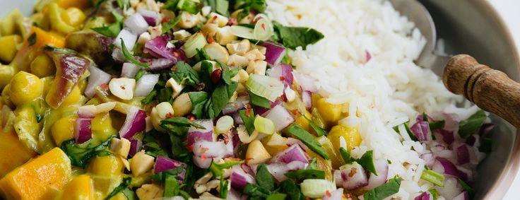 Het recept voor deze vegan curry komt uit het boek Easy vegan van Sanne van Rooij van Living the Green Life. Met zoete aardappel, pastinaak & kikkererwten!