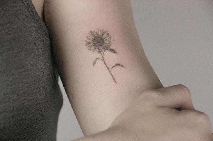 Delicadas e detalhadas, as pequenas tatuagens florais da artista Lindsay Asselstine são apaixonantes. Asselstine, conhecida como Lindsay April nas redes sociais, é facilmente identificada por seu e…