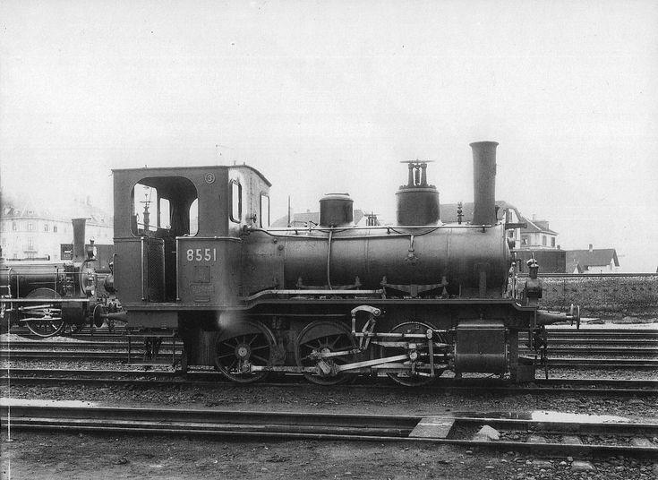 Tender-Locomotive Nr. 8551 des Typs E 3/3 der Schweizeriſchen Bundesbahnen, gebaut 1894 inn der Schweizeriſchen Locomotiv- und Machines-Fabrique zů Winterthur (Fabr.-Nr. 897), bis 1895 F3 Nr. 253, dann bis 1902 Nr. 453 der Schweizeriſchen Nordoſtbahn, 1935 an die Reederey Baſel verkauft, seit 1963 auf dem Spielplatze des Schifferkinderheims zů Kleinhüningen aufgeſtellt, seit Februar 2010 im Dépôt zů Brugg eingeſtellt; aufgnommen zwiſchen 1902 und 1905 im Fahrzeug-Dépôt F zů Zürich.