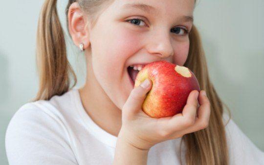 Escutar som da mastigação pode ajudar a comer menos, diz estudo