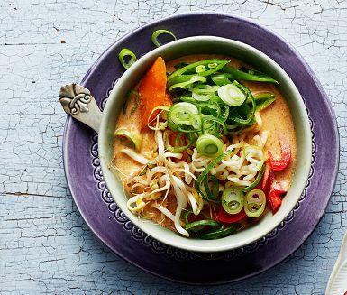 Thaismaker piggar upp den här värmande nudelsoppan med äggnudlar, krispiga grönsaker, krämig kokosmjölk och het currypaste. Gör en helt vegetarisk nudelsoppa genom att byta ut fisksåsen mot japansk soja.