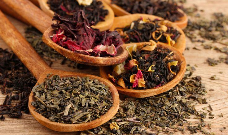 Sotto stress? Appesantiti? A corto di idee? Giù di tono? C'é un rimedio naturale a portata di tutti, il tè nelle sue diverse varietà, scopriamo come: il tè verde dall'aroma erbaceo e neutro, favorisce il rilassamento; il tè bianco ha un sapore delicato ed è indicato per depurare l'organismo; il tè rosso, speziato, è utile per risvegliare la propria parte creativa; Il té nero, grazie al suo gusto intenso, dà una sferzata di energia. Té fruttato invece per mal di gola e mal di testa.