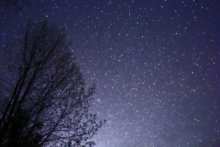 Nap fénylik hajnalban, minden nap nagy nap van.  Hold lángol kék égen, fény villan két kézben.  Csillagfény, csillagsor, fény fordul fél hatkor.  Gyémánt nap, gyémánt hold, hol volt és hol nem volt.