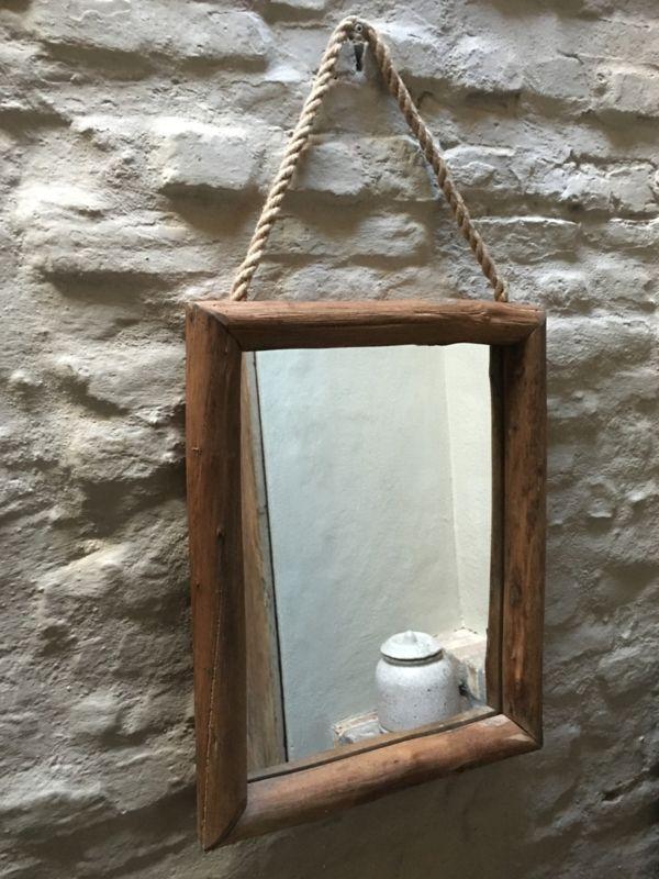 Stoere landelijke houten spiegel aan grof jute koord touw robuust hout