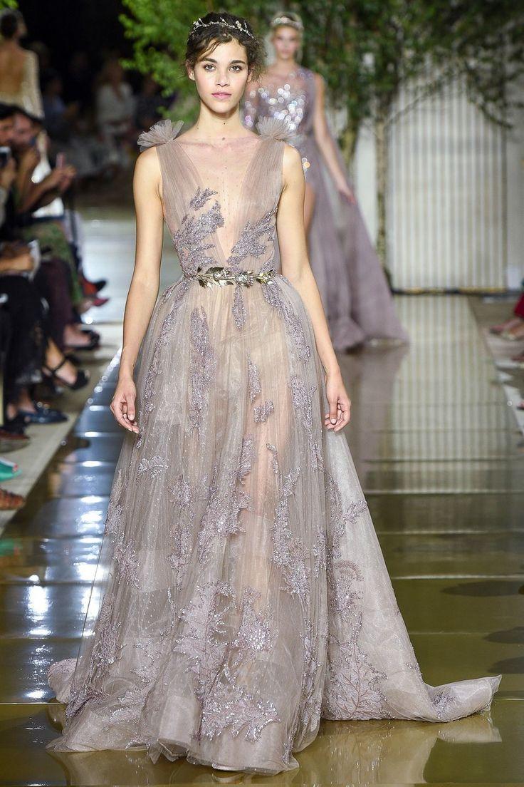 Apresentado este mês durante a Semana de Alta Costura de Paris, os novos modelos do estilista Zuhair Murad vieram cobertos de brilho e bordados. Todos muito românticos e perfeitos para madrinhas e …