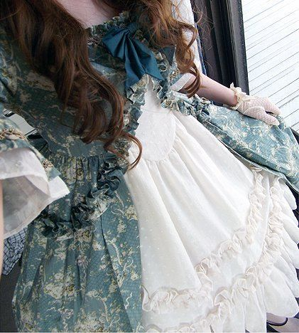 This is a fantasy version of a 1700s/Georgian day gown