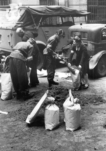 Insurgents fill sandbags in the yard of the house at ul. Moniuszki 11.