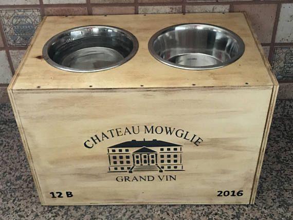 Porte gamelle chien bois type caisse à vin grand cru personnalisé au nom de votre chien,le modèle présenté est pour très gros chiens, hauteur 35cm. Fini de cacher le coin repas de votre animal, ce porte bol à nourriture est élégant et fonctionnel et il trouvera sa place sans