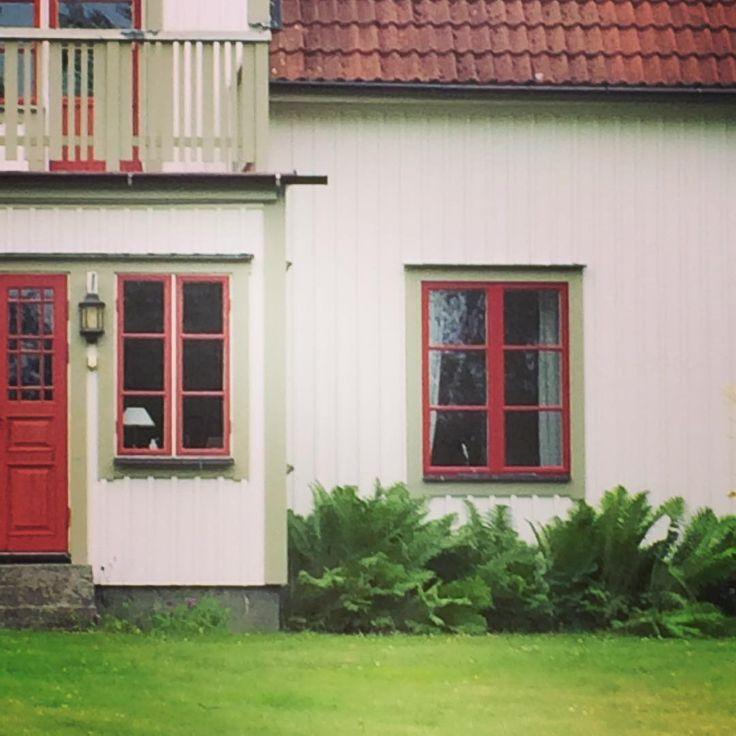 @torpsara och @catharinaqvist kommer ni ihåg att i gav råd om färgen på mittposten dvs att den borde vara röd. Syns nu tydligt att det var rätt och en vacker dag målar jag verandafönstren med😊
