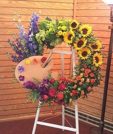 Hay diversos diseños de arreglos florales para difuntos estos se basan en su grandeza, por lo regular son grandes coronas con muchas flores de la misma especie.