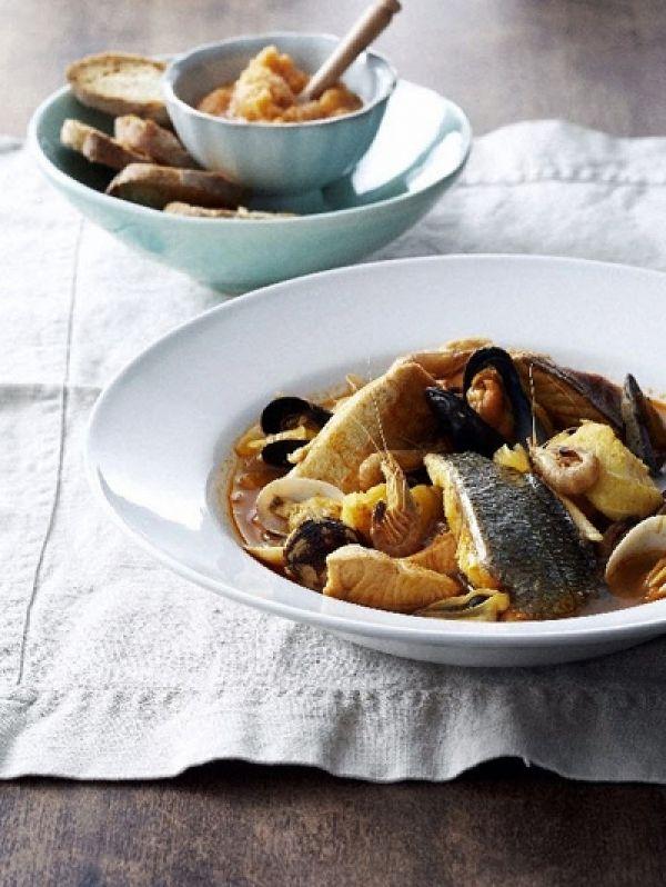BEREIDINGFruit de ui met de knoflook en de venkel kort in de olijfolie tot de ui glazig is. Voeg de tomatenpuree en de saffraan toe. Bak al roerend...