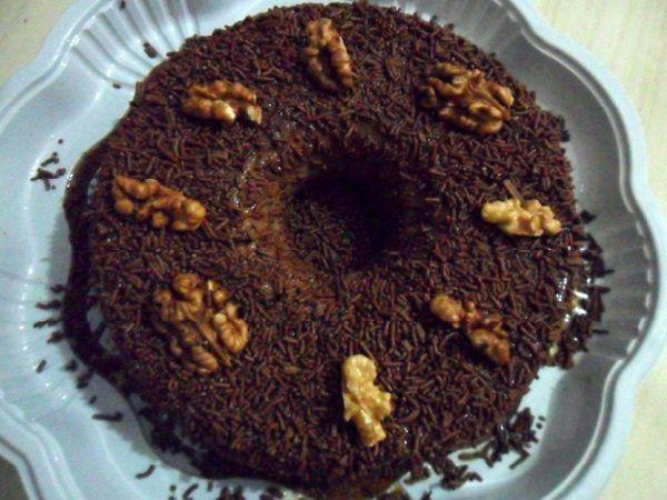 O Pudim de Chocolate com Nozes é prático e delicioso. Se pudim de chocolate já é bom, imagina com nozes? Não perca tempo e confira a receita!
