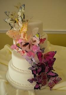 Tante farfalle colorate per la torta nuziale. Trova qui chi può aiutarti>> http://www.lemienozze.it/operatori-matrimonio/catering_e_torte_nuziali/