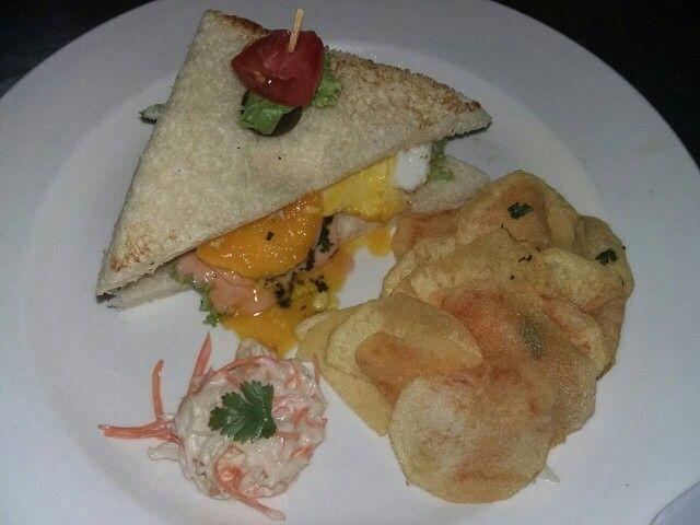 Chicken sandwich with potato chips