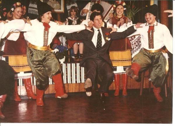 Британский принц Чарльз станцевал гопак. В интернете опубликовали архивное фото из 1980-х, на котором британский принц Чарльз танцует украинский танец гопак. Фото опубликовано в Twitter «Посольство Украины при Святом Престоле» (Ватикан).  «А вы пробовали танце