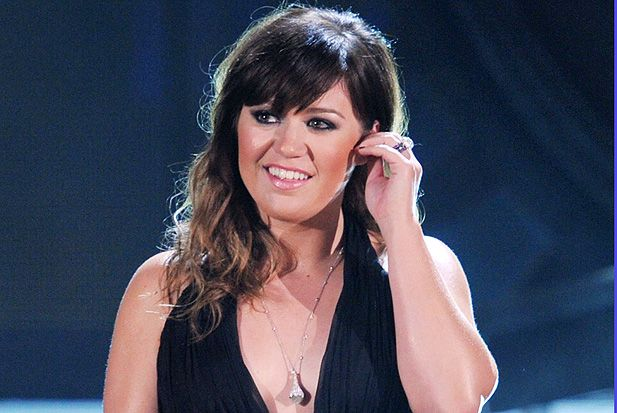 kelly-clarkson-  love her bangs...