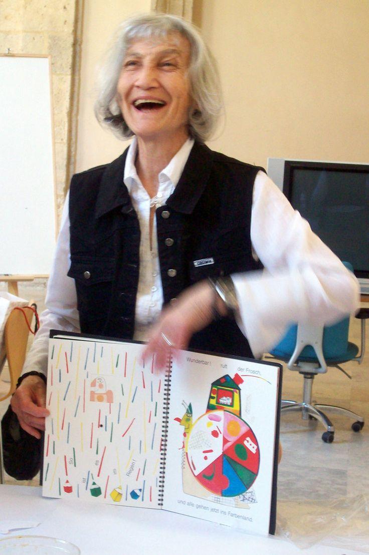 Kveta Pacovská (1928 - ) es una pintora, escultora e ilustradora nacida en Praga (República Checa). Estudió y se graduó en Artes Aplicadas. Fue profesora en Berlín, y como ella misma ha dicho, se inició en el arte de la ilustración intentando realizar una actividad con sus hijos, en el intento de compartir algo creativo.