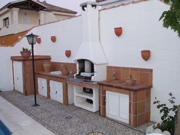 Ref.5030 Alquiler de chalet independiente en la urbanización Costa Sancti Petri, Chiclana de la Frontera, Cádiz. En el exterior cuenta con piscina, barbacoa y jardín. Todo ello en una parcela de 400 m2.