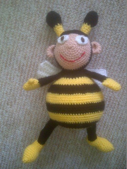 Gustav die Biene - kostenfreie Anleitung - Biene mit beweglichen Flügeln häkeln - Amigurumi Figur