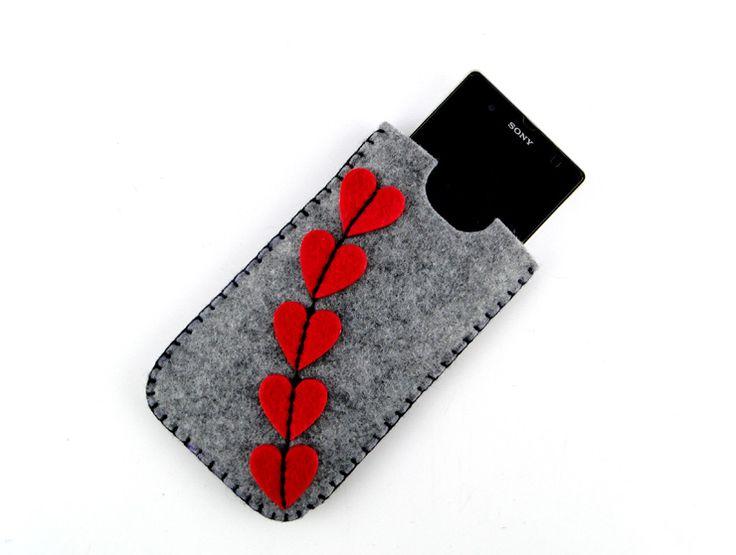Kalp Tasarımlı Keçe Telefon KılıfıKırmızı ve gri keçe kullanılarak elde dikilmiştir.Kalın keçe telefonunuzu darbelerden korurken yumuşak dokusu çizilmeleri önler.Hemen hemen tüm telefon modelleri ile uyumludur (ürün ölçülerinin telefonunuz ile uyumunu kontro