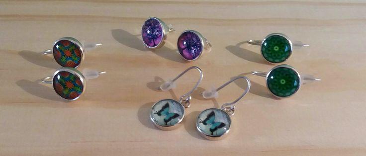 Aros de plata con diseños coloridos y primavelares.