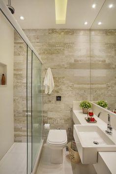 como decorar um banheiro - revestimento madeira Acabamento diferenciado: A textura de madeira dá um toque rústico.