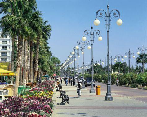 Larnaca | Azt mondják, már Noé unokája is ezen a helyen alapított várost. Győződjön meg Ön is arról, hogy jól választott-e. Vitathatatlan, hogy itt másként süt a nap, tiszták a színek, arany a tengerparti homok, ezerféle kék a tenger és az ég. A hangulatos óvárosi séták alatt ízelítőt kaphatunk a sziget történelmi hangulatából is. Larnaca népszerű üdülőhely, 25km hosszúságú tengerpartja mentén számos szálloda és luxus villapark található.