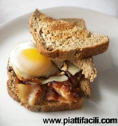 pancetta, uovo, pane integrale tostato e spalmato di formaggio fuso