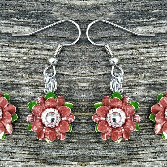 While I was messing around with the soft drink can aluminium flowers I tried making some in Christmas colours #handmade #handcrafted #earrings #jewellery #jewelry #upcycled #recycle #Blackstarr