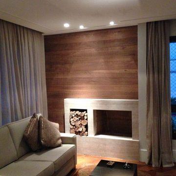 painel feito com madeira de demolição e lareira revestida com marmore travertino bruto, muito sofisticado...
