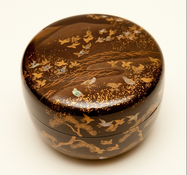 Japanese tea caddy (Natsume) lacquered with gold and mother of pearl inlay