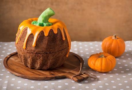 Wir backen einen Kuchen, der wie ein Kürbis aussieht - einen Gugelhupf-Kürbis.