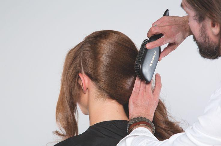 ETAPE 6 : Déporter l'ensemble de la chevelure vers l'arrière. Attacher avec des épingles.  STAP 6 :  De hele hardos naar achteren brengen. Met het spelden vastmaken.