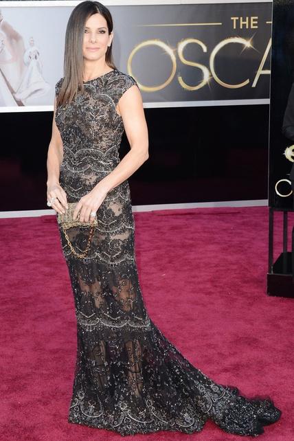 """Oscar 2013: """"Pelo planchado, piedras y transparencias de Elie Saab para Sandra Bullock."""""""