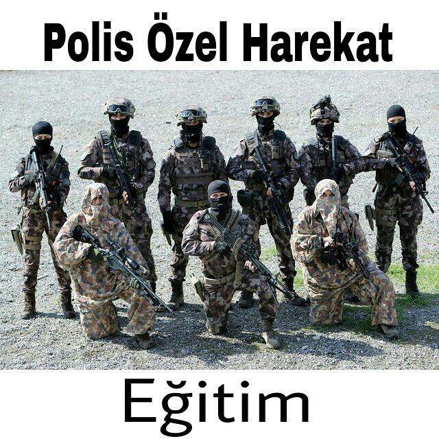 """Türk Polisi'nin en etkin operasyon birimi Özel Harekatın zorlu eğitimi  PÖH'ün Ankara Gölbaşı'ndaki kampüsünde ilk olarak TÜBİTAK tarafından oluşturulan özel eğitim odasında eğitim alan personel, daha sonra araziye çıkıyor.  Terörist grupla karşılaşılması halinde nasıl hareket edileceğine dair verilen arazi eğitiminde yeşil kıyafet giyenler, """"kötü adamlar"""" yani olası teröristler olarak tanımlanıyor. Siyah kıyafetli olanlarsa Özel Harekât polisi, yani """"iyi adamlar""""... Köpek eğitim uzmanları…"""
