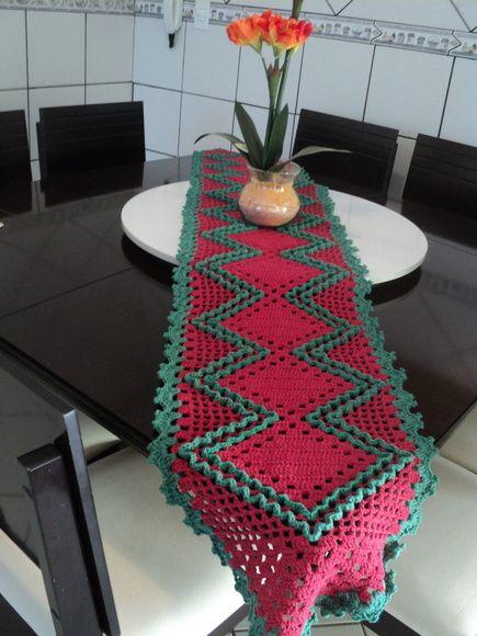 Caminho de mesa, nas cores do natal para deixar sua ceia mais contagiante.  tamanho 220x40 R$ 120,00