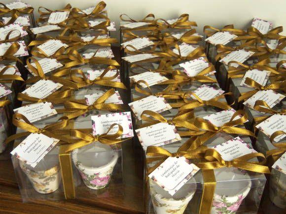 Dupla de velas perfumadas feitas em vasos de cerâmica pequenos revestidos com tecido. Vêm embaladas em caixas de acetato com lacinho de fita de cetim.  Boa opção de lembrancinha de batizado ou nascimento de gêmeos. Tags não incluidos. Para incluí-los, basta acrescentar R$ 0,50 para cada um dos dois tags.  Pedido mínimo: 15 unidades  OBS: O valor de R$ 16,00 é unitário (refere-se a uma dupla de velas)  Frete não incluído. R$ 16,00