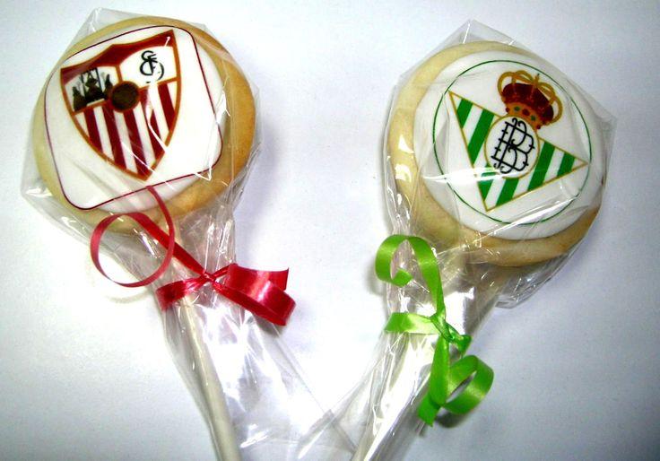 Preparando el #derby #Sevilla- #Betis, encárganos tus cookie piruletas y mañana algunas disponibles en tienda.