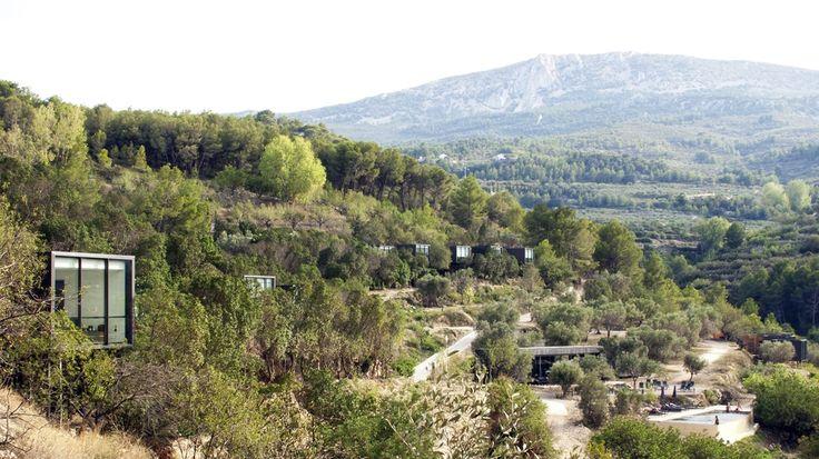 Vivood landscape hotel – Son premier « hôtel-paysage » (landscape hôtel) vient d'être inauguré dans la vallée de Guadalest, près d'Alicante, en Espagne. Articulant 25 suites indépendantes, un restaurant, un salon bar, une piscine et plusieurs terrasses et jacuzzis extérieurs privés, son architecture modulaire et son design minimaliste dialoguent avec génie dans le décor naturel.